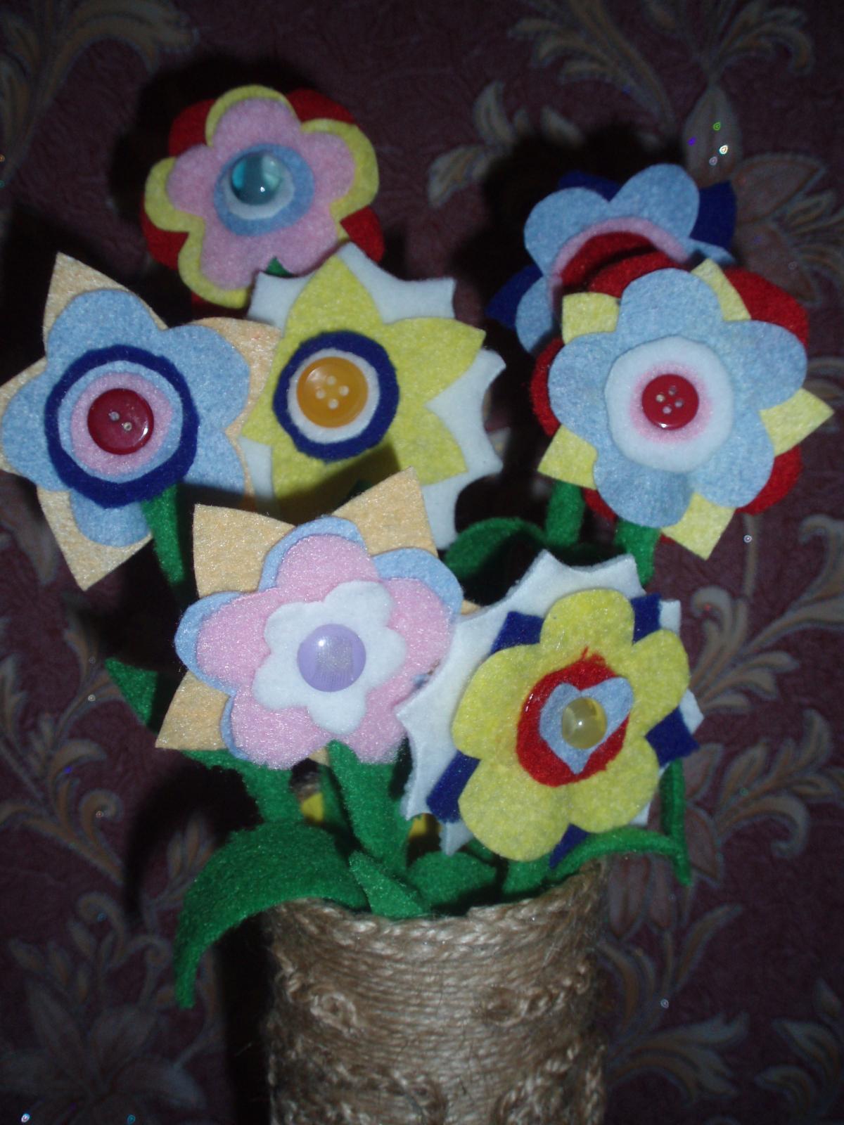 Цветы из ткани и пуговиц