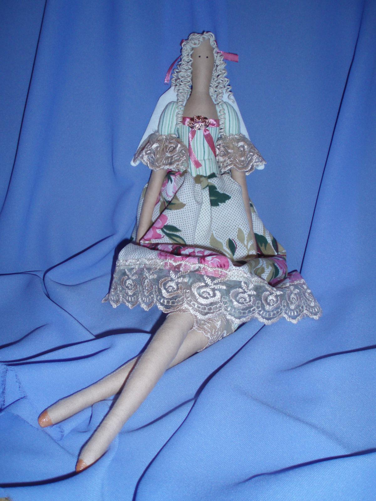 Блондинка в розах. Тильда фея
