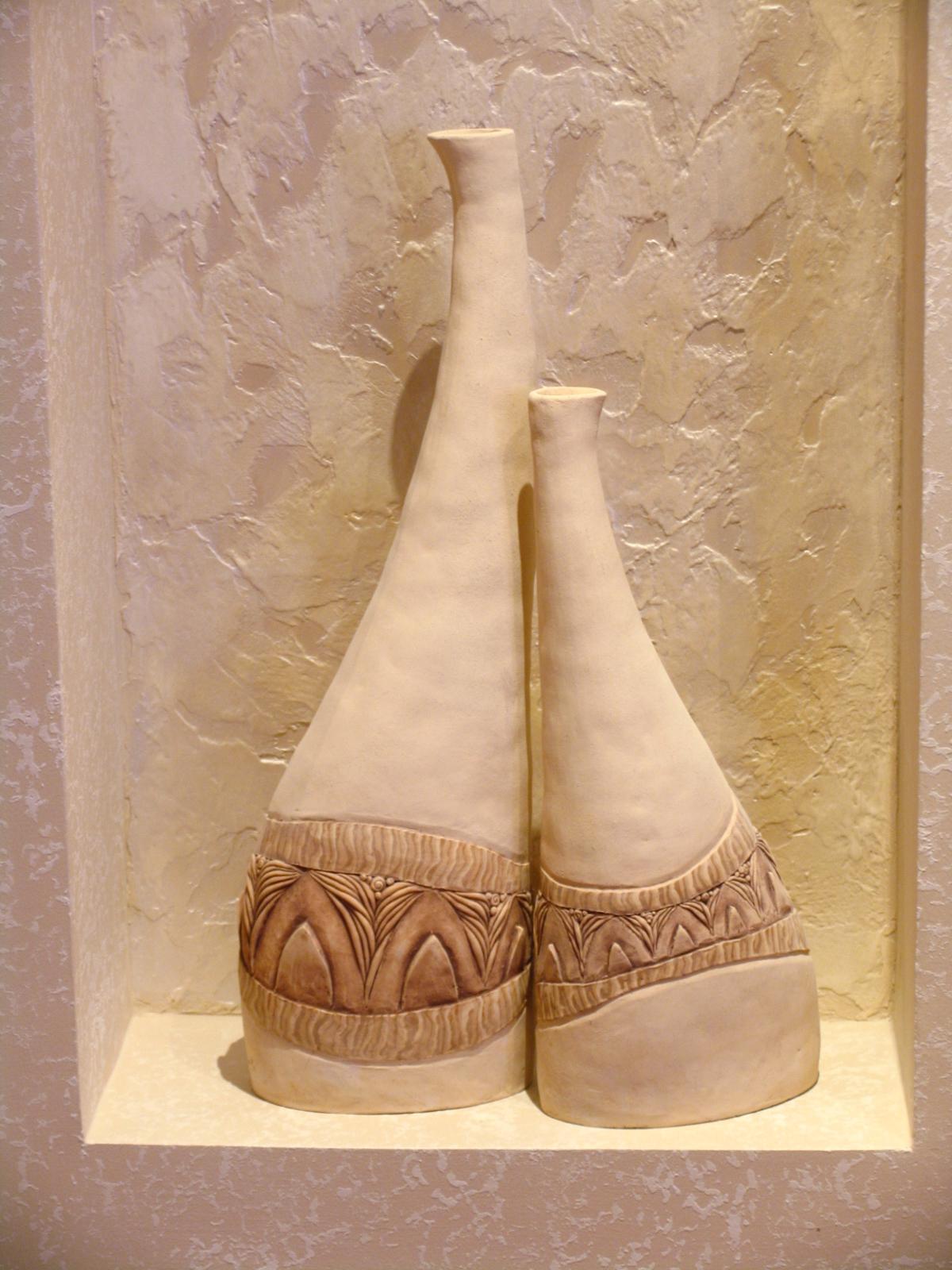 вазы в нише, цветная глина. высота 40 см